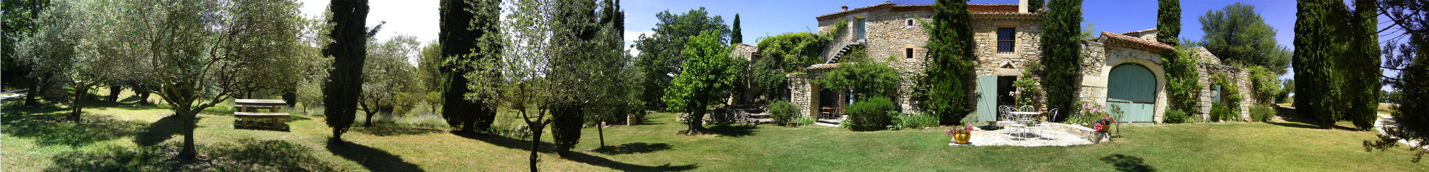 Photo panoramique du Mas Pellier et de son Parc arboré